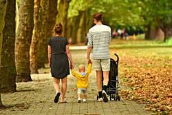 Familie mit Kind und Kinderwagen