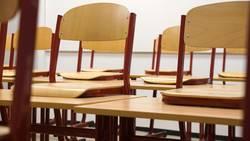Tische und Stühle in einem Klassenzimmer
