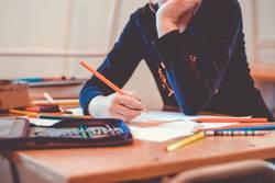 Schüler schreibt an einem Tisch
