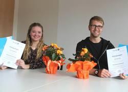 Lenie Hellfritsch (l.) und Lukas Lange präsentieren stolz ihre Abschlusszeugnisse als Verwaltungsfachangestellte. Nach dreijähriger Ausbildung beginnen sie heute ihre berufliche Tätigkeit im Landratsamt des Saale-Orla-Kreises.