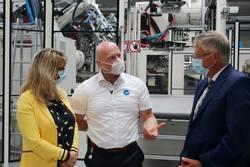 ETM-Geschäftsführer Ingo Wirth (Mitte) erklärt Nadine Wagner von der Wirtschaftsförderung des Saale-Orla-Kreises und Landrat Thomas Fügmann die Abläufe in einer der Produktionshallen des Unternehmens.