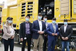 Gruppenfoto mit Maske: Gemeinsam mit den beiden Geschäftsführern Wilfried Scherf (2. v. l.) und Michael Luddeneit (r.) ist die kleine Delegation von Landrat Thomas Fügmann (2. v. r.) vor einer 78 Tonnen schweren Schienenschleifmaschine zu sehen, die für einen Einsatz in Taiwan hergestellt wird.