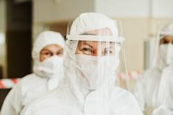 Illustration Thema Corona / Mitarbeiterinnen in Klinik mit Schutzmasken