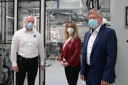 Landrat Thomas Fügmann (von rechts) besuchte gemeinsam mit seiner Mitarbeiterin für Wirtschaftsförderung, Nadine Wagner, die Firma ETM in Schönbrunn und bekam von Geschäftsführer Ingo Wirth auch Einblicke in die Produktion.