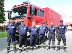 Sechs Feuerwehrleute vor Fahrzeug Dekon P