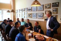Landrat Thomas Fügmann im Gespräch mit Neustädter Feuerwehrleuten