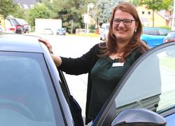 Agathe-Fachberaterin Susan Hall / Motiv am Auto