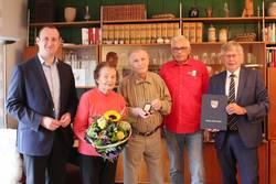 Rolf Kesting (Mitte), hier mit Ehefrau Ursula, wurde für seine Verdienste mit der Ehrenmedaille des Saale-Orla-Kreises ausgezeichnet. Die ersten Gratulanten waren der 1. Beigeordnete des Saale-Orla-Kreises, Christian Herrgott (von links), der Vorsitzende des Vereins für Heimatgeschichte Pößneck, Hartmut Bergner, und Landrat Thomas Fügmann.