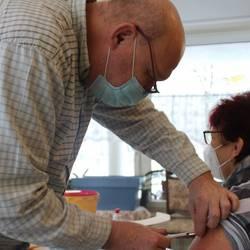 Illustration Thema Corona / Arzt Udo Neugebauer impft Mitarbeiter in Pflegeeinrichtung in Ebersdorf