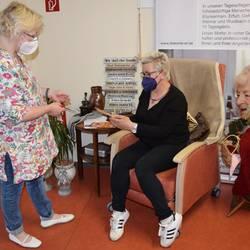 Ramona Kleinhenz (l.) und Annett Klaenhardt im dargestellten Tagespflegebereich im Landratsamt