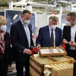 Sven Fröhlich, COO bei Docter Optics (von rechts), führte Landrat Thomas Fügmann, seinen 1. Beigeordneten Christian Herrgott und die Leiterin des Kreisverbands des Bundesverbands der mittelständischen Wirtschaft, Kathrin Horn, durch die Produktionsstätte von Docter Optics in Neustadt.