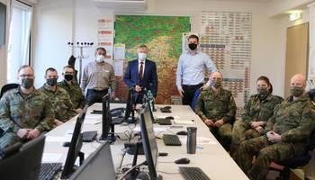 Amtsarzt Dr. Torsten Bossert (stehend von links), Landrat Thomas Fügmann und Ordnungsamtsleiter Marcel Rauner wiesen die Unterstützungskräfte der Bundeswehr in ihre Aufgaben ein.