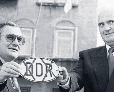 Landräte Richard Kessler und Walter Peter zeigen Schild