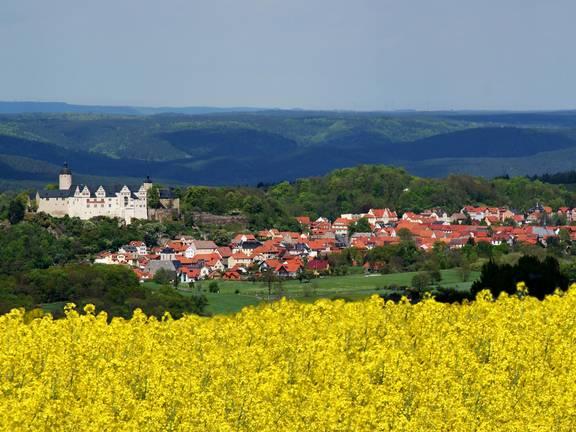 Die VG Ranis-Ziegenrück mit ihren zwei Städten und elf Mitgliedsgemeinden samt zugehöriger Orte liegt zwischen der Orlasenke und dem Thüringer Schiefergebirge. Die ländlich geprägten Orte laden mit ihrer reizvollen Naturkulissen, Seen und dem Saaleufer zum Verweilen und Entspannen ein. Ebenso lässt sich die Geschichte erfahren und mit der über 1000 Jahre alten Burg Ranis auch erleben. Der Verwaltungssitz befindet sich in der Burgstadt Ranis sowie den Außenstellen in Krölpa und Ziegenrück. ©Verwaltungsgemeinschaft Ranis-Ziegenrück