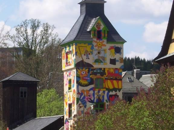 """Die Stadt Wurzbach mit ihren14 Ortsteilen liegt im Übergang vom thüringischen in das fränkische Schiefergebirge und wird deshalb als Tor zum Frankenwald bezeichnet. Fichtenwälder umgeben die im Tal liegende Stadt, die sich in einer Höhe von 500 Meter bis 720 Meter über dem Meeresspiegel erstreckt. Die Häuser sind mit Schiefer, dem """"blauen Gold"""" gedeckt. Über 120 Kilometer ausgeschilderte Wanderwege laden Natur- und Wanderfreunde ein, die reizvolle Mittelgebirgslandschaft zu erkunden. ©Stadtverwaltung Wurzbach"""