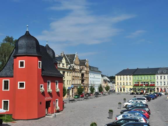 Im Schnittpunkt zwischen Thüringer Meer und Vogtland gelegen, ist Schleiz durch die Autobahn A9 verkehrsgünstig zu erreichen. Als Kreisstadt ist Schleiz ein bedeutsamer Wirtschafts- und Behördenstandort zugleich. Bekannt ist die Stadt vor allem für das Schleizer Dreieck, die älteste Naturrennstrecke Deutschlands. Weitere Attraktionen sind die Bergkirche mit Fürstengruft, das Museum Schloss Burgk, der Saaleturm, das Freibad Wisenta-Perle, die Wisentahalle und der Oberland-Radweg. ©Stadtverwaltung Schleiz