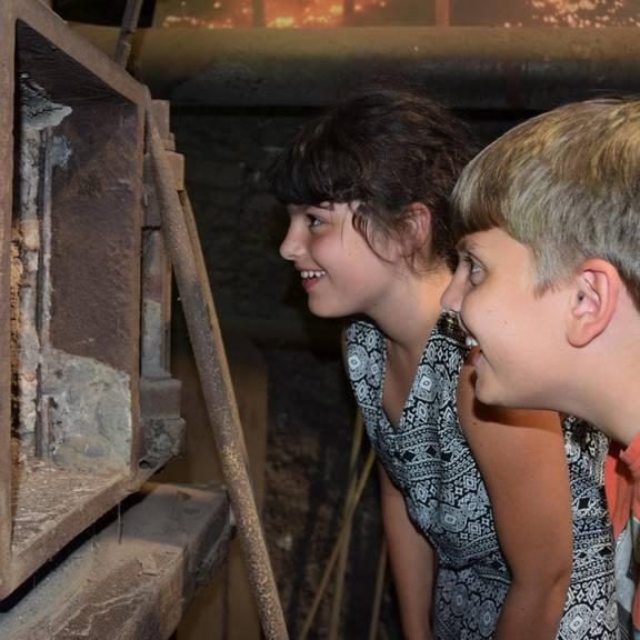 Kinder schauen in eine Maschine