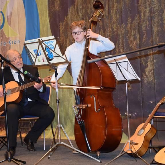 Musikschüler und Musiklehrer bei Auftritt zum Neujahrsempfang des Landrates
