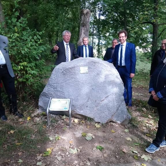 30 Jahre Kreispartnerschaft - Übergabe eines Granit-Steins in Neuburg