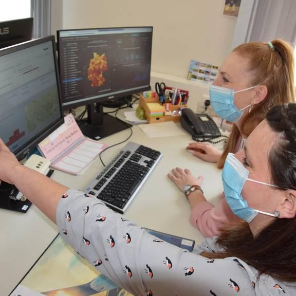 Sarah Grau und Tina Diersch (v.r.) im Fachdienst Gesundheit bei der Datenerfassung von Corona-Fällen